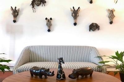 Salon de l'agence de voyage HappyFew avec une décoration Africaine