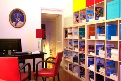 Bureau de l'agence de voyage HappyFew avec une décoration Africaine