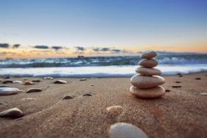 thalasso-plage-sable-cailloux-main-10556401