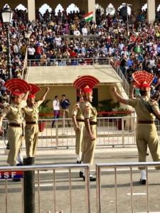Gardes pendant la cérémonie de la relève de la garde à Amritsar en Inde
