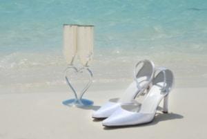 talon femme mariage et coupe de champagne sur la plage